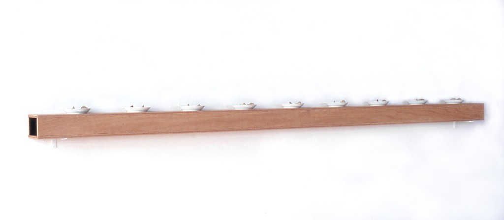 Weggetjes op bordjes, zijdematverf op hout, papier maché op keramiek, 244x12x15 cm, 1993