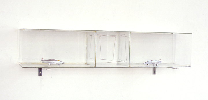 Zonder titel, vliegtuigjes, tekenstift, glas, 70x15x15,5 cm, 1988